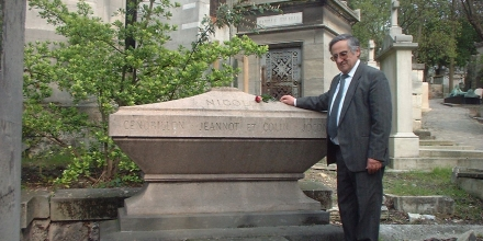 Visiting the tomb of Nicolo Isouard at the famous Pere Lachais cemetry in Paris.